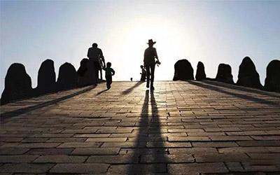 【昆仑广场篇】 脚踩平安砖:心怀虔诚走向人类